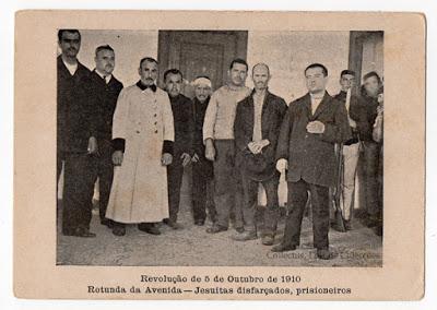 Postal Revolução de 5 de Outubro de 1910. Rotunda da Avenida - Jesuítas disfarçados, prisioneiros