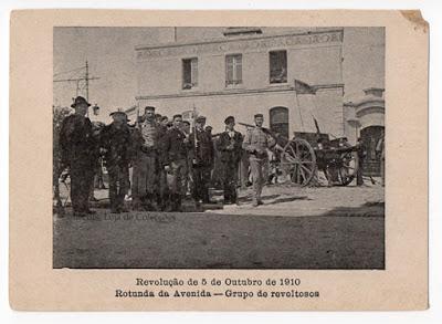 Postal Revolução de 5 de Outubro de 1910. Rotunda da Avenida -Grupo de revoltosos