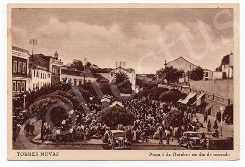 Postal antigo de Torres Novas - Praça 5 de Outubro em dia de mercado