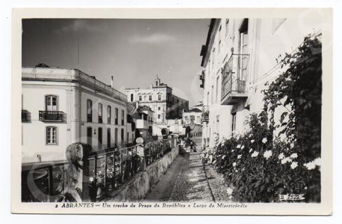 Postal antigo de Abrantes - Um trecho da Praça da República e Largo da Misericórdia