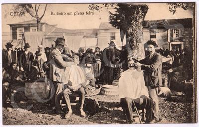 Postal antigo de Cesar. Barbeiro em plena feira