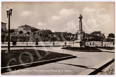 Postal antigo de Fafe - P. da República e Monumento aos Mortos da G. Guerra