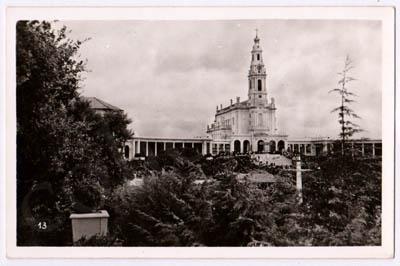 Postal antigo do Santuário de Fátima. A Basílica através das belezas naturais