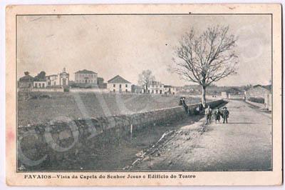 Postal antigo de Favaios - Vista da capela do Senhor Jesus e edifício do Teatro