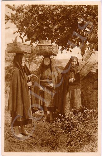 Postal antigo de costumes portugueses