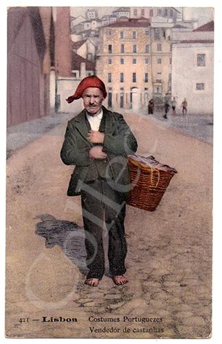 Postal antigo de costumes de Lisboa com um vendedor de castanhas