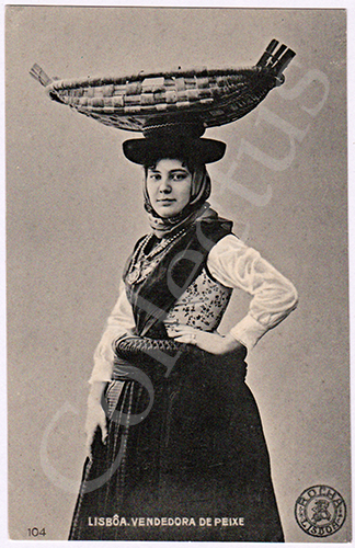 Postal antigo de costumes de Lisboa com uma vendedora de peixe