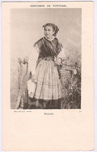 Postal antigo de costumes portugueses de Emílio Biel